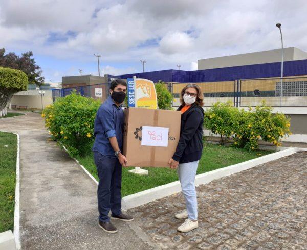 Divulgação - Anderson de Lima Silva e Nelma Farias na entrega das máscaras